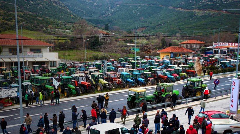 Με επ' αόριστον κλείσιμο των δρόμων απειλούν οι αγρότες