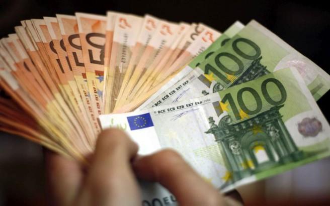 Τον έπεισε να «επενδύσει» και του απέσπασε 197.000 ευρώ