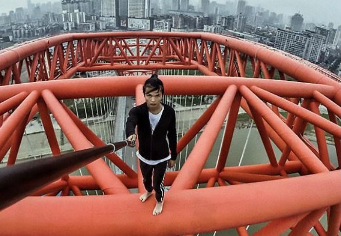 Η στιγμή που ένας 26χρονος πέφτει από τον ουρανοξύστη που ανέβηκε για selfie (vid)